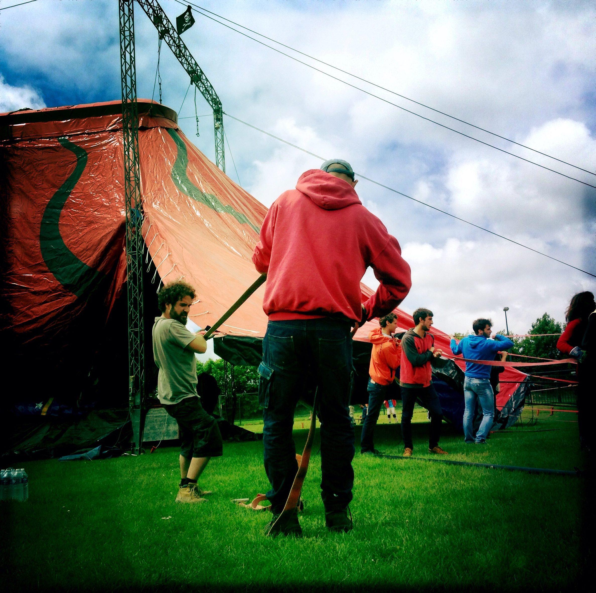 Algues au Rythme - Festival Art de la rue et musique - montage chapiteau